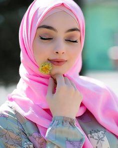 pink hijab and flower Beautiful Muslim Women, Beautiful Hijab, Arab Girls, Muslim Girls, Hijab Stile, African Wedding Attire, Muslim Women Fashion, Abaya Fashion, Fashion Muslimah