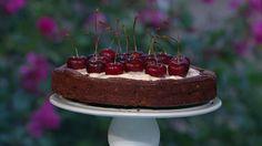 Chokoladekage med kirsebær er en lækker opskrift af Ditte Ingemann fra Go' morgen Danmark, se flere dessert og kage på mad.tv2.dk
