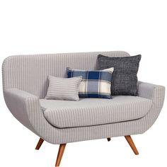 Mit der Polly-Sofabank holen Sie sich ein kleines, extrem feines Designerstück ins Haus, auf dem Sie es sich ganz alleine bequem machen. Beim Telefonieren im Flur oder Lesen im Schlafzimmer schlagen Sie die Beine hoch, kuscheln sich in die drei unterschiedlich bezogenen Kissen und lassen sich durch nichts in der Welt stören. Exklusive Form, angesagter Retro-Look. Sie wünschen noch eine kleine Entscheidungshilfe? Dann fordern Sie einfach die Stoff- und Farbmuster unter stoffmuster@butlers.de…