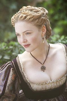 English and Italian Holliday Grainger as Lucrezia Borgia in The Borgias Les Borgias, Lucrezia Borgia, Renaissance Hairstyles, Historical Hairstyles, Historical Costume, Historical Clothing, Holliday Grainger, Belle Silhouette, Medieval Dress