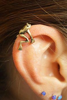 Gold tree frog ear cuff jacket no piercing not d . - Gold tree frog ear cuff jacket pierced by MidnightsMojo Ear Jewelry, Cute Jewelry, Jewlery, Hippie Jewelry, Skull Jewelry, Jewelry Accessories, Cool Ear Piercings, Body Piercings, Cartilage Piercings