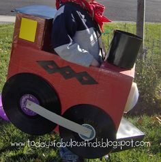 All Aboard! Today's Fabulous Finds is ready to show you how to pull off this supercool cardboard box train costume. Tie a scarf around your tot's neck, and top with a train conductor's cap, and your child is ready for trick-or-treating fun. Halloween Costumes To Make, Holidays Halloween, Halloween Kids, Halloween Train, Minion Costumes, Halloween Goodies, Halloween 2016, Halloween Projects, Halloween Stuff