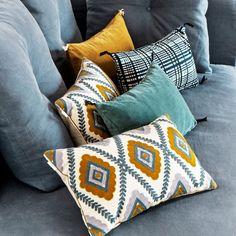 Des coussins graphiques, un coussin Taje avec une broderie pleine en sergé de coton légèrement chiné, un coussin en velours de coton et un coussin en coton imprimé, Sézane x Caravane