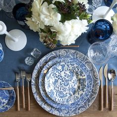 Set the tables for this gorgeous Delft inspired tablescape with Love and Splendor for the Love and Splendor workshops! // Casa de Perrin