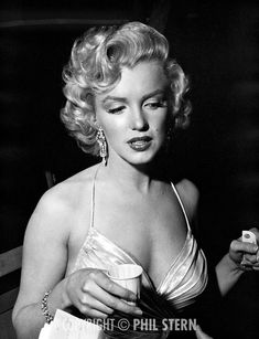 Marilyn Monroe preparing to attend The Children's Benefit at the Shrine Auditorium, Los Angeles. Photo by Phil Stern, December Marylin Monroe, Marilyn Monroe Photos, Classic Hollywood, Old Hollywood, Actrices Hollywood, Norma Jeane, Actors, Angelina Jolie, Hollywood Actresses