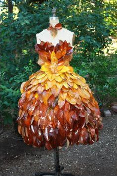 stunning (non wearable) dress made of real leaves! Leaves would need to be coated in a layer of varnish (both sides) Paper Fashion, Floral Fashion, Fashion Art, Fashion Design, Net Fashion, Costume Original, Costume Carnaval, Style Steampunk, Recycled Dress