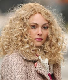 Hair Dos: 5 Signature Celeb Hairstyles To Steal Right Now - AnnaSophia Robb's Wild Ringlets