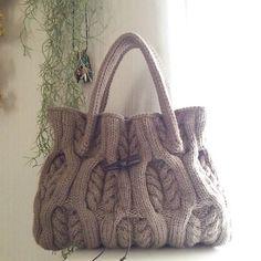 2016年12月28日☀  #アラン模様のバッグ  カラー◇グレージュ  今年最後のオーダーバッグです。 きっとアランバッグにしたら可愛いだろうな~❤ って購入していた糸。やっぱり可愛く仕上がりました。何色?と分かりにくい微妙な色合いで伝わりづらかったのですが、任せてオーダー頂きありがとうございました。  #手編みバッグ #毛糸バッグ #バッグ  #秋冬バッグ  #ニットバッグ #アランニット #手編み #棒針編み #編み物 #ハンドメイド #毛糸 #アラン模様  #なわ編み #alanpattern #alanknit #handmade  #knitting #knitstagram #instaknit