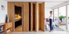 Destaque do apartamento, a porta-camarão de freijó substituiu a parede entre…