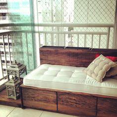 projeto prático,bonito e eficiente: sofá+guarda-volume com portas de correr+floreira +apoio de vasos e luminárias IMG_6443.JPG (2448×2448)