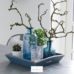 Glas Vase in Blau aus der Kollektion der dänischen Marke GreenGate. Schönes Ar… Blue glass vase from the collection of the Danish brand GreenGate. Beautiful arrangement of glasses and vases for the table – Minimalist decoration for the home.