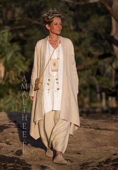 dust coat Sahara cut in a super soft and supple pure linen. -:- AMALTHEE -:- n° 3501 Chic Outfits, Fashion Outfits, Womens Fashion, Fashion Tips, Fashion Over, Look Fashion, Camisa Hippie, Beautiful Women Over 50, Vetements Clothing