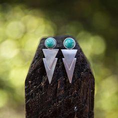 """""""Você quer ver algumas de nossas jóias de perto, tipo o brinco setas? Então anota aí que quinta que vem (27/08) tem Mini Joialerismo Expo na…"""""""