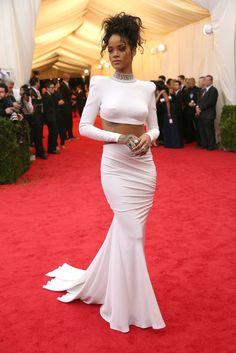 Met Gala 2014 - Rihanna in Stella McCartney Dress - Red Carpet Rihanna Outfits, Rihanna Dress, Dress Outfits, Fashion Dresses, Rihanna Mode, Rihanna Style, Rihanna 2014, Rihanna Fashion, Rihanna Fenty