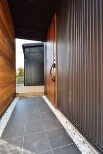 玄関ポーチ 格子の内扉を開けるとトンネル状の玄関ポーチは玉砂利を