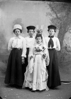 Lucia i Lima 1906. Berta Olsson (Lassar-Olle) från Lassargården i Heden är klädd till Lussebrud. Bakom henne står Jenny Martinsson, Elin Johansson och Olga Johansson från Sörbäcken. Foto: Per Persson