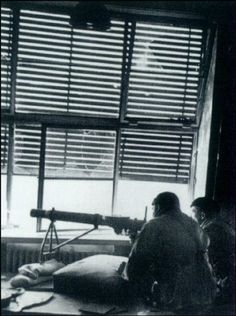 Miembros de Las Brigadas Internacionales luchando desde La Facultad de Medicina de La Universidad de Madrid, durante La Batalla de Madrid, Diciembre 1936.