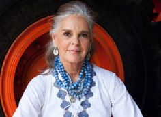 Who is Ali MacGraw? Ali Macgraw, Grey Hair Styles For Women, Grey Hair Don't Care, Mc G, Betty Ford, Kris Kristofferson, Beyond Beauty, Man Repeller, Golden Globe Award