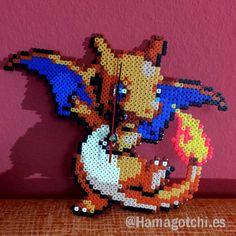 Reloj Pokémon Charizard Pixel Art realizado con Hama Beads