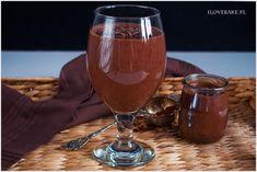 Super smaczny koktajl na śniadanie z kakao, bananem, masłem orzechowym oraz mlekiem migdałowym. Te połączenie nie ma sobie równych. Bardzo zdrowy koktajl, który doskonale nadaje się na pyszne rozpoczęcie dnia. Mason Jar Wine Glass, Alcohol, Smoothie, Chocolate, Baking, Eat, Tableware, Drinking, Rubbing Alcohol