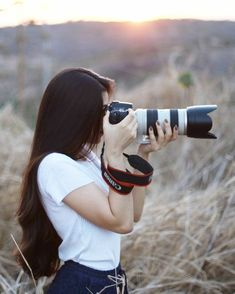 Frizzy, unmanageable hair that lacks shine is not uncommon among . that will help boost your hair's health, making it long, silky, and soft. Girl Photo Poses, Girl Photography Poses, Photography Camera, Girls With Cameras, Photo Couple, Cute Girl Face, Stylish Girl Images, Girly Pictures, Foto Art