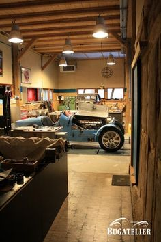 Please Santa, a Bugatti in my garage . Vintage Burlesque, Mechanic Garage, Speed Racer, Bugatti Cars, Nice Cars, Dream Garage, Man Style, Old Cars, Cars And Motorcycles