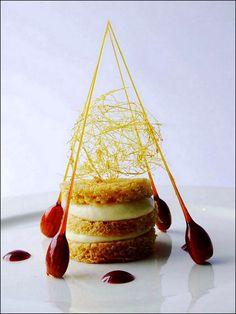 Juste un petit biscuit en sculpture aérienne pour le goûter… Au caramel ! ;) (Photos de Creatividad Gastronomica) > Photo à aimer et à partager ! ;) . L'art de dresser et présenter une assiette comme un chef de la gastronomie... http://www.facebook.com/VisionsGourmandes