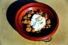 Tajine van kefta, tomaten en een gebakken eitje