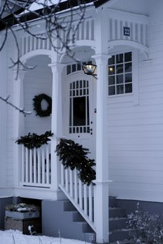 Lilla Villa Vita~ love this porch Front Porch Pergola, Diy Porch, Petits Cottages, New England Hus, Villa, White Cottage, Old Houses, Exterior Design, Beautiful Homes