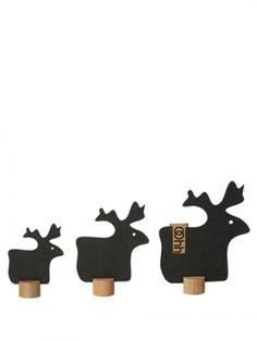 Sett med tre reinsdyr på trestamme.Mål: 9,5 cm    12,5 cm    15,5 cm