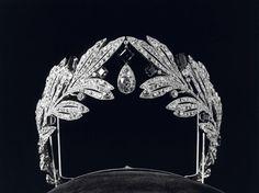 Deze platina diamanten tiara uit 1907 met twee olijftakken en ...