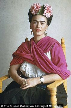 For 10 years, photographer Nickolas Muray and artist Frida Kahlo had an affair. During this time, Muray shot a colorful collection of Frida Kahlo photos. Diego Rivera, Frida E Diego, Frida Art, Mexican Artists, Mexican Folk Art, Nickolas Muray, Frida Kahlo Portraits, Kahlo Paintings, Cool Signatures