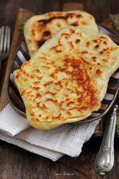 Placinte cu branza detaliu : Romanian flatbread Read Recipe by doereime Cooking Bread, Cooking Recipes, Healthy Recipes, Romanian Food Traditional, Romanian Desserts, Romanian Recipes, Cheese Pies, Fried Cheese, Good Food