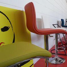 Out #stools #showroom.#design  #madeinitaly al tuo servizio. Ottimi per gli ambienti #contract #pelle #acciaio e lavorazione #artigianale