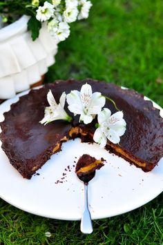 Mam nadzieję, że moja dzisiejsza tarta ucieszy wszystkich miłośników tego wspaniałego duetu - czekolady i karmelu. Czasem można stracić dla nich głowę! ...  Skład: (Inspiracją do dzisiejszej tarty był przepis Davida Lebovitza z książki – Moja kuchnia w Paryżu) (forma do tarty o średnicy 28 cm) ciasto: 180 g mąki 30 g cukru pudru 150 g pokrojonego w kostkę masła 3 czubate łyżki dobrego kakao 1 łyżka wody (opcjonalnie) farsz: skórka otarta z 1 pomarańczy 2 jajka 1 szklanka mleka 250 g…
