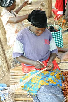 Basket weaving at Boomu Women's Group, Murchison Falls NP, Uganda