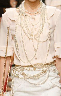 White with pearls Chanel 2014 resort accessories Moda Fashion, Fashion Week, High Fashion, Womens Fashion, Fashion Trends, Luxury Fashion, Coco Chanel, Chanel Pearls, Chanel Black