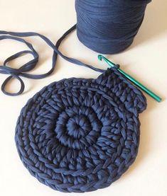 - Tapete de Retalho de Malha: 40 Modelos Lindos + Passo a Passo mesh retail rug - Crochet Diy, Crochet Home, Crochet Rug Patterns, Crochet Stitches, Bag Patterns, Rug Yarn, Crochet Handbags, Tear, Jewelry Case