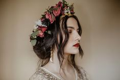 I am very excited to be sharing such glorious wedding ideas, which are totally unique and really very decadent with you today. Bridal Flowers, Flowers In Hair, Flower Crown Bride, Black Flower Crown, Flower Veil, Flower Crowns, Black And Gold Cake, Crown Aesthetic, Art Deco Wedding