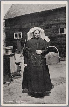 Vrouw in Noord-Brabantse streekdracht. Over de ondermuts draagt de vrouw een witte muts met daarover een 'poffer' (met linten en kunstbloemen versierde losse strook). Aan haar linkerarm draagt ze een hengselmand. 1945-1954 #NoordBrabant