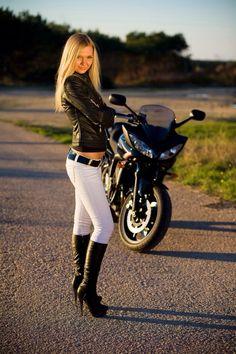 Leggy babe in knee high boots - Bitchi - Trend Frauen Fahrrad Lady Biker, Biker Girl, Babe, Motard Sexy, Sexy Stiefel, Motorbike Girl, Motorcycle Bike, Girl Bike, Look Girl