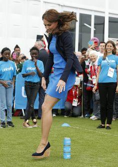 Pin for Later: Kate hüpft in High-Heels und vergnügt sich mit den Prinzen  Weiter so, Kate!