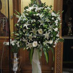 ba04723e12d4 Εσωτερικός Στολισμός Γάμου με εντυπωσιακή σύνθεση με λευκά λουλούδια και  μοναδικά φυλλώματα