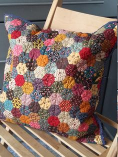 Gardening Autumn - Patchwork case autumn garden by MagicPatchwork on Etsy - With the arrival of rains and falling temperatures autumn is a perfect opportunity to make new plantations Patchwork Quilting, Hexagon Patchwork, Patchwork Cushion, Hexagon Quilt, Quilted Pillow, Hand Quilting, Patchwork Ideas, Patchwork Bags, Quilting Projects