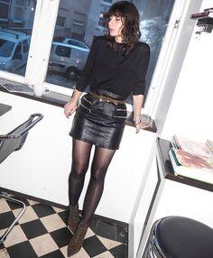 Ceinturée taille haute, la mini jupe en cuir gagne en allure (jupe Zara, boots Saint Laurent - A Portable Package)