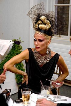 Daphne Guinness - The Haute Couture Club. Has there ever been anyone more obsessed with couture fashion than Daphne Guinness. Pity she is not more absorbed with spending some of her vast inheritance doing good deeds and contributing to society. Daphne Guinness, Lulu Guinness, Isabella Blow, Advanced Style, Mode Vintage, Look At You, Madame, Headpiece, Style Icons