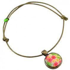 """Mit dem verspielten Armband """"Blumenwiese"""" vom französischen Label Rock around my neck zauberst du dir ein luftig-leichtes Accessoire ans Handgelenk. Der Blumen-Anhänger ist ein dezenter Hingucker."""