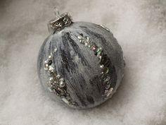 Sehr üppig gestaltete mundgeblasene Christbaumkugel in den Tönen grau-weiß-schwarz. Ein Blickfang im Weihnachtsbaum, am Fenster oder auch ein schönes