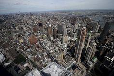 IMPRESIONANTE NUEVA YORK. Así luce la vista del Observatorio Mundial del One World Trade Center de Nueva York que se ubica en la cima del rascacielos de 104 pisos que componen la estructura del edificio. El observatorio de la Torre de la Libertad, el edificio principal del nuevo World Trade Center de Nueva York y el rascacielos más alto de Estados Unidos, abrirá al público el próximo 29 de mayo. El observatorio se encuentra a 381,25 metros de altura y ofrece una escalofriante vista de…