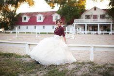 Pour un mariage champêtre, pourquoi ne pas oser la chemise carreautée? Avec du bourgogne bien sûr! Photo par Ciara Richardson via Inspired By This. http://www.inspiredbythis.com/2011/11/inspired-by-cowboy-and-western-weddings/